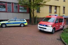 Einsatzfahrzeuge von Polizei und Feuerwehr vor der Aller-Weser-Klinik in Verden.