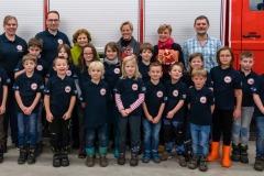 Die Kinderfeuerwehr samt Betreuern zusammen mit Ortsbürgermeister Jutta Sodys sowie weiteren Mitgliedern des Ortsrates.