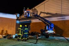 Kontrolle im Dachbereich über THW Hubarbeitsbühne.