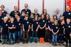 Die Kinder zusammen mit den Betreuern sowie Sponsoren von Martin Rust Elektrobedarf (2. v.l.) sowie Bauelementehandel Sturm (5. v.r.).