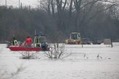Das Boot der FTZ im Hochwassereinsatz. Im Hintergrund der Radlader des Landwirtes.