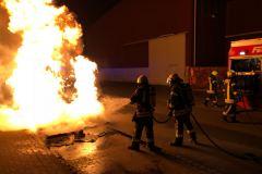 """Das sogenannte """"Dixi-Klo"""" brennt beim Eintreffen der Feuerwehr in voller Ausdehnung."""