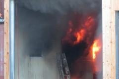 Im Gebäudeinneren loderte der Brand bereits großflächig.