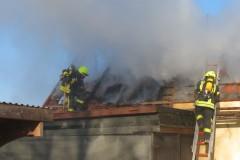 Mühselig zogen sich die Nachlöscharbeiten hin, da auf dem Dachboden des Gebäudes Stroh eingelagert war.