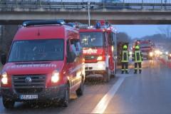 Einsatzfahrzeuge der Feuerwehr an der Einsatzstelle.