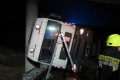 Durch die Frontscheibe konnte der LKW-Fahrer aus seiner misslichen Lage befreit werden.
