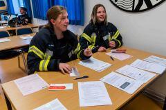 Die beiden Feuerwehrfrauen Natascha und Svenja bei der Typisierung.