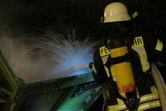 Auch Löschschaum kam bei der Brandbekämpfung an einem Container am Johanniswall zum Einsatz.