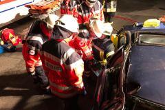 Arbeiten der DRK-Helfer mit dem hydraulischen Rettungsgeräten.