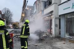 Nachlöscharbeiten beim Abriss des Gebäudes.