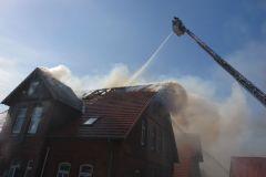 Löscharbeiten über die Drehleiter der Verdener Feuerwehr.