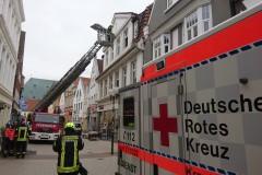 Drehleitereinsatz in der Innenstadt zur schonenden Rettung eines Verletzten Bewohners.