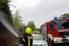 Heckenbrand am Maulhoop: Nachlöscharbeiten durch die Feuerwehr.