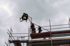 22.06.2018 - Die Richtkrone thront auf dem ersten Bauabschnitt des künftigen Feuerwehrhauses.