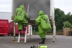 Ein Trupp in Chemikalienschutzanzügen erkundet die Wechselbrücke.