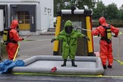 Dekontamination der eingesetzten Kräfte in Chemikalienschutzanzügen.
