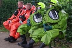 Einsatzkräfte warten auf ihren Einsatz.