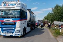 Der Sattelauflieger mit dem 30.000 Liter Tankcontainer beim Befüllen von Feuerwehrfahrzeugen und Güllefässern.