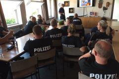 Theoretischer Unterricht mit Polizeibeamten und Feuerwehrkräften im Feuerwehhaus in Verden.