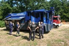 Die Verdener Brandschützer bekommen den Wasserwerfer vorgestellt.