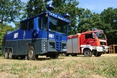 Der Wasserwerfer der Polizei Bremen und ein Tanklöschfahrzeug der Feuerwehr Verden.
