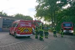 Fahrzeuge und Einsatzkräfte stehen am Feuerwehrhaus in Scharnhorst in Bereitstellung.