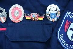 Die erworbenen Abzeichen bei den Grenzlandmeisterschaften: Feuerwehrleistungsabzeichen Elsass (Bronze), Feuerwehrleistungsabzeichen Luxemburg (Bronze), Leistungsspange Saarland (Bronze) und das Grenzlandabzeichen in Silber (von Links).