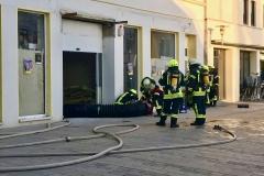 Gasaustritt in der Fußgängerzone - Die Belüftung des betroffenen Gebäudes wird vorbereitet.