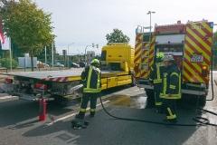 Nachlöscharbeiten an einem Abschleppwagen an der Artilleriestraße.