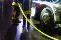 Nachlöscharbeiten an der heißgelaufenen LKW-Bremse.