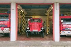 Günstige Gelegenheit im Verdener Feuerwehrhaus nach dem Abmarsch der Kreisfeuerwehrbereitschaft am Freitag – das historische TLF 15 T hat einen Übergangsstellplatz gefunden.