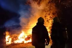 Die Brandbekämpfung wird unter Atemschutz durchgeführt.