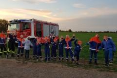 Teamwork bei einer Geschicklichkeitsübung mit der Feuerwehrleine.