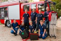 Übergabe der Poloshirts, des neuen Atemschutzflaschen-Transportgestells und des Pavillons durch den Vorsitzenden des Fördervereins Egbert Klafke (rechts) an die Ortsfeuerwehr Eitze.