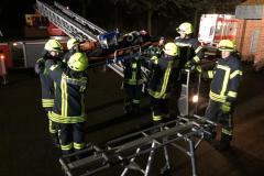 Ausbildungsdienst: Rettung einer Person mit der Drehleiter.