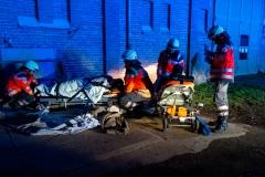 Das DRK betreut und versorgt die verletzten Techniker nach deren Rettung aus der brennenden Scheune.