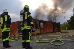 Atemschutzgeräteträger vor der Übungsanlage in Eversen.