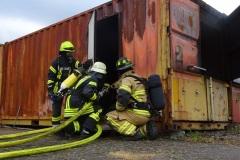 Auch das richtige Vorgehen beim Eindringen in brennende Gebäude wurde geübt.