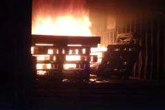 Paletten und Holz werden in der Trainingsanlage entzündet.