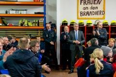 Bürgermeister Lutz Brockmann übergab an die Ortsfeuerwehr Walle einem neuen Mannschaftstransportwagen.