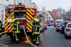 Einsatzkräfte in Bereitstellung, während des Einsatzes blieb die Stifthofstraße voll gesperrt.