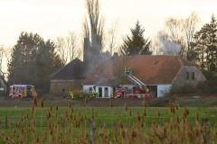 Rauch dringt aus dem leerstehenden Wohngebäude. (Foto: Arne von Brill)