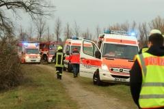 Rettungsdienst und Feuerwehr an der Einsatzstelle. (Foto: Christian Butt)
