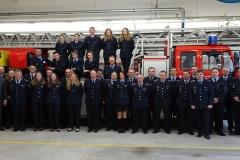 Gruppenfoto mit allen Lehrgangsteilnehmern und Ausbildern. Ebenfalls auf dem unter anderem Foto Bürgermeister Lutz Brockmann und Stadtbrandmeister Peter Schmidt.