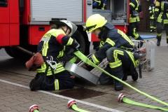 In über 70 Stunden wurde der praktische und theoretische Umgang mit den Geräten der Feuerwehr erlernt.