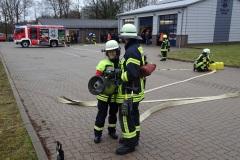 Verschiedene Formen der Brandbekämpfung, wie hier der Löschangriff mit Schaum wurden trainiert.