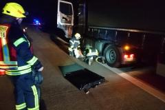 Arbeiten der Feuerwehr an dem beschädigtem LKW.