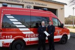 Reinhold Baumgardt und Ortsbrandmeister Michael Müller (v.l.) vor dem erst kürzlich in Dienst gestellten neuen MTW.