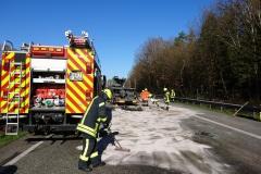 Einsatzkräfte der Feuerwehr streuen ausgelaufenen Kraftstoff ab.