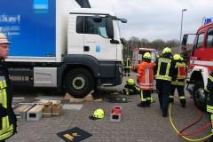 Nach der Rettung der Person: Einsatzkräfte der Ortsfeuerwehr Verden an der Unfallstelle.